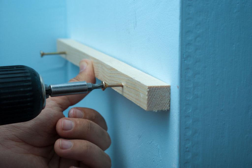 Fixing a shelf bracket