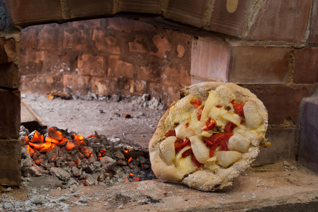 this article is about how to build an outdoor brick pizza oven if youu0027ve ever dreamed about backing homemade pizzas in a traditional italian style brick