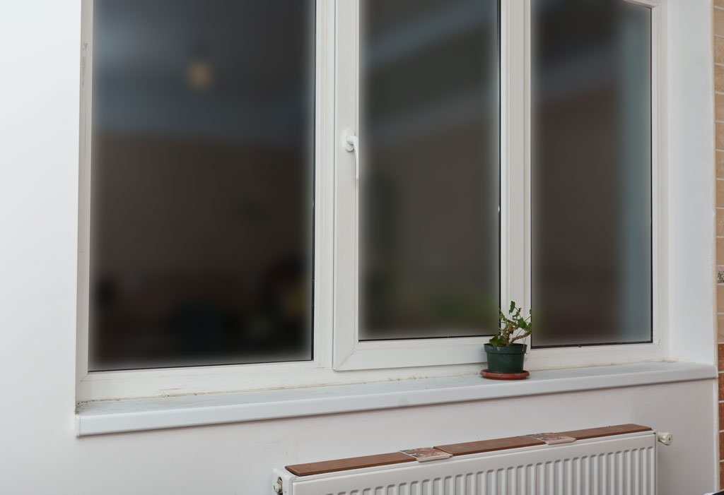 Installing-window-sill-