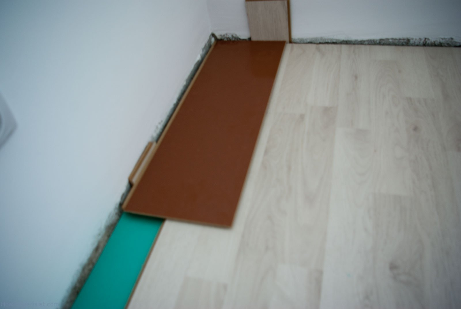 How to lay laminate flooring on concrete howtospecialist for Laying laminate flooring