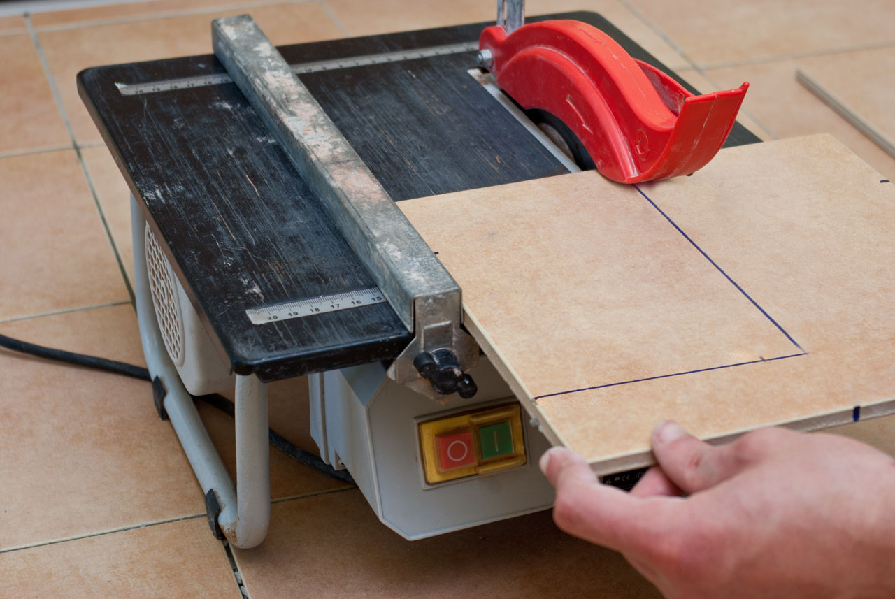 How to cut tiles with a wet saw howtospecialist how to for Pose carrelage