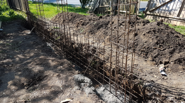 Lots of Rebars-for-the-concrete-fence